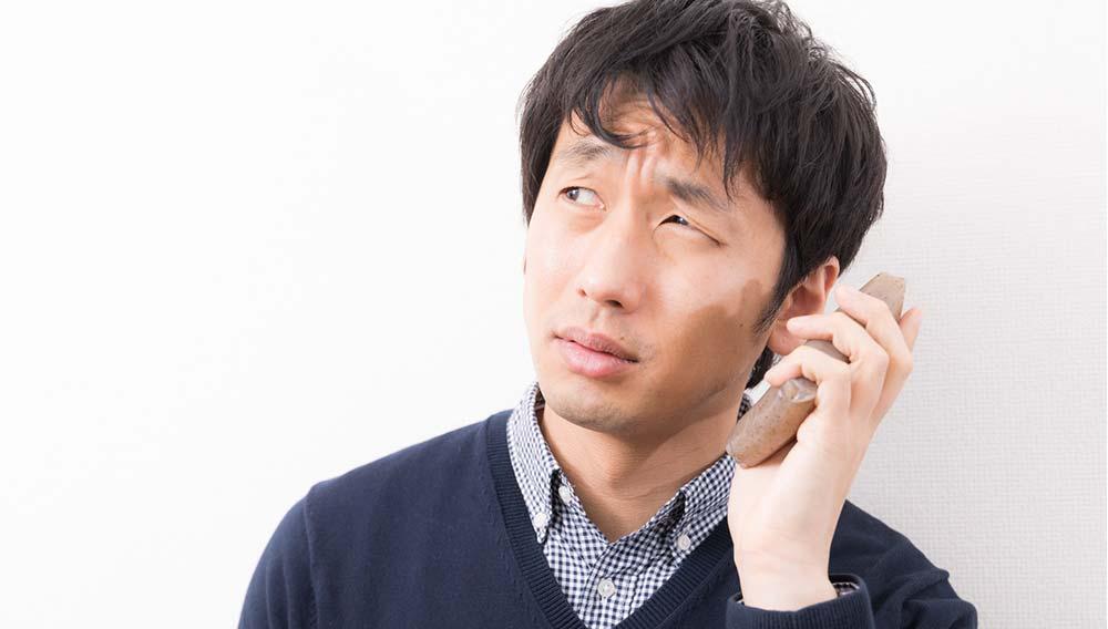 こんにゃくPhoneを使用する男性